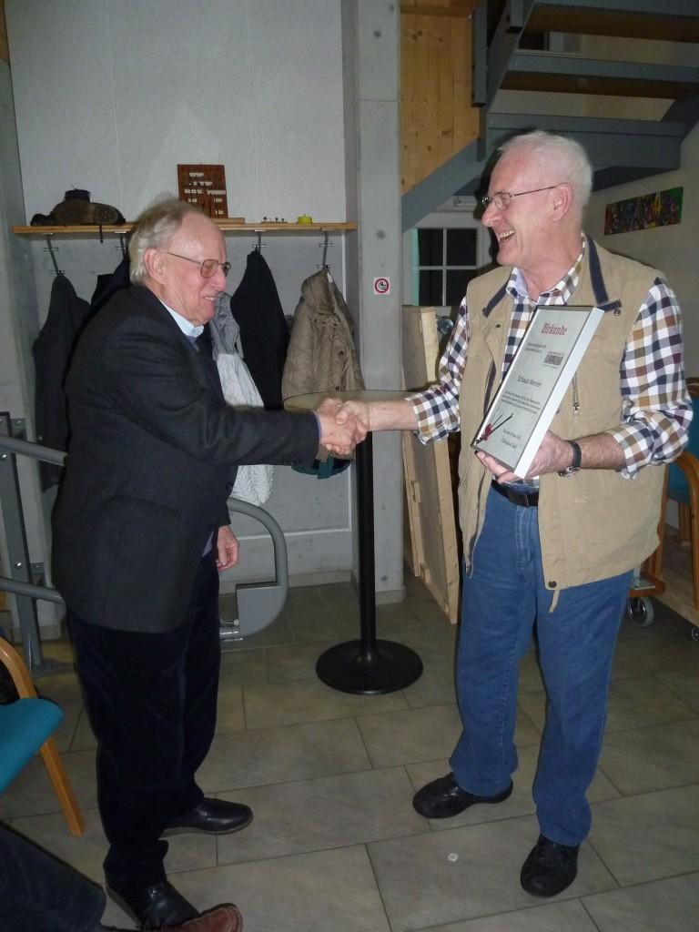 Werner Schaub (links) bekommt von Ewald Kalt die Urkunde zur Ehrenmitgliedschaft überreicht.
